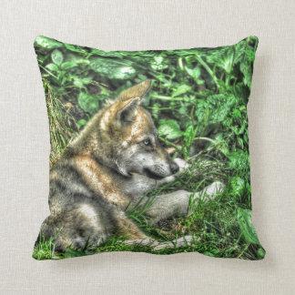 Foto linda de la fauna del perrito de lobo gris cojín