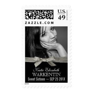 Foto linda del dulce 16 con la cinta de plata del sellos