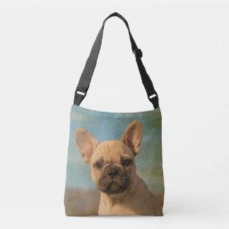 Foto linda del retrato del perro de perrito del bolsa cruzada