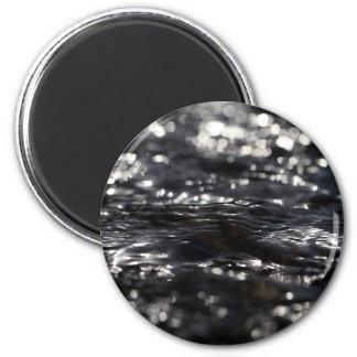 Foto macra de la superficie del agua en una cala imán redondo 5 cm