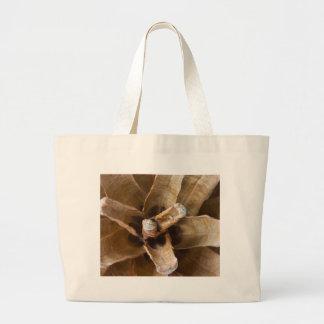Foto macra de un cono del pino bolsas lienzo