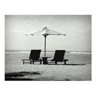 Foto negra y blanca de dos sillas de cubierta en postal