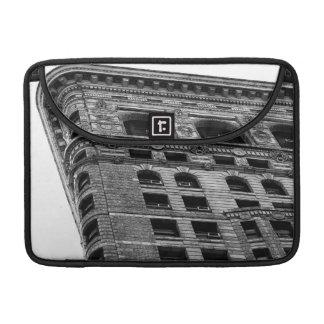 Foto negra y blanca del edificio de Flatiron en NY Fundas Para Macbook Pro