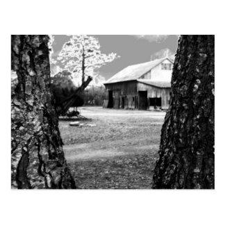 Foto negra y blanca del país rural de los graneros tarjeta postal