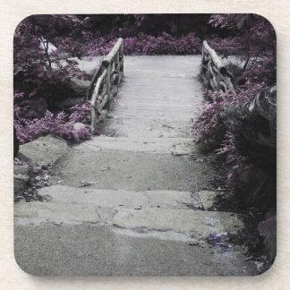 Foto negra y blanca del puente del paisaje posavasos de bebidas