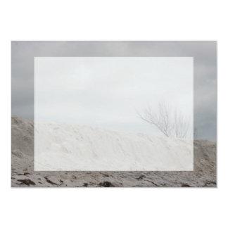 Foto oscura de la duna de la playa y del árbol invitación 12,7 x 17,8 cm