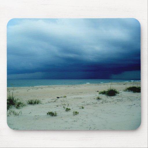 Foto oscura de la playa de las aguas tapete de ratones