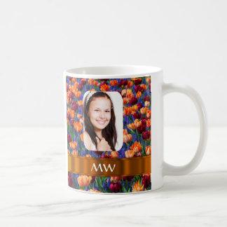 Foto personalizada tulipán anaranjado taza básica blanca