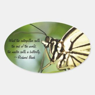 Foto principal y cita de la mariposa pegatina ovalada