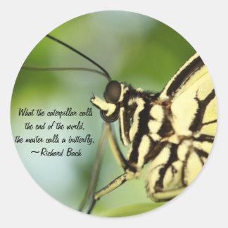 Foto principal y cita de la mariposa pegatina redonda