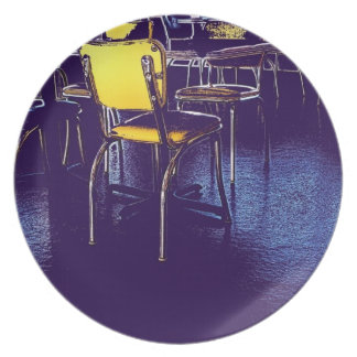 Foto púrpura de la silla del amarillo del realismo platos