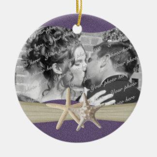 Foto púrpura de las estrellas de mar de la playa adorno navideño redondo de cerámica