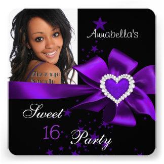 Foto púrpura del corazón de la fiesta de invitación