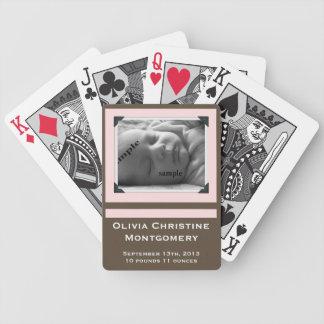 Foto recién nacida de la invitación del nacimiento baraja cartas de poker