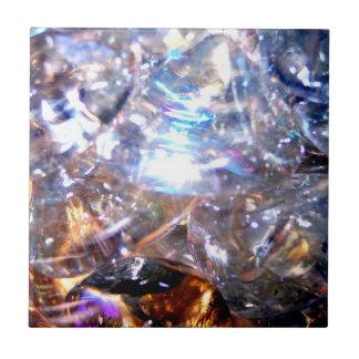 Foto refractiva iridiscente de las piedras tejas
