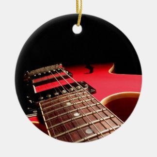 Foto roja brillante de la guitarra eléctrica adorno navideño redondo de cerámica