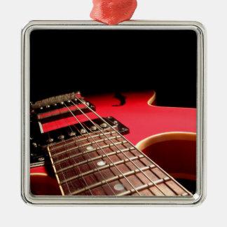 Foto roja brillante de la guitarra eléctrica ornatos