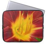 Foto rojo oscuro de la macro de la flor del lirio mangas computadora