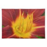Foto rojo oscuro de la macro de la flor del lirio mantel individual