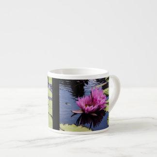 Foto rosada de la flor de los lirios de agua tazita espresso