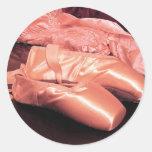 Foto rosada de los zapatos de dedo del pie pegatinas redondas