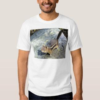 Foto salvaje curiosa del Chipmunk Camisas