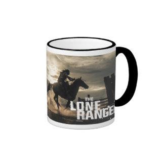 Foto solitaria del caballo del guardabosques taza de dos colores