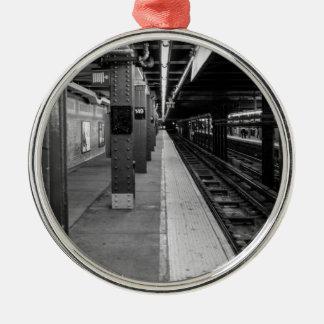 Foto urbana del subterráneo adorno redondo plateado