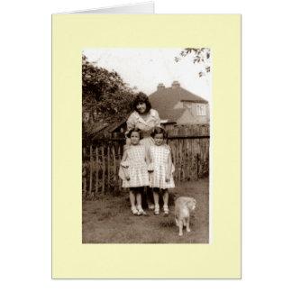 Foto vieja de gemelos y de la hermana lindos con tarjeta pequeña