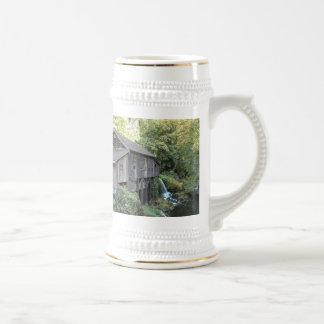 Foto vieja del molino del grano para moler jarra de cerveza