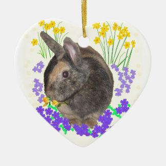 Foto y flores lindas del conejo adorno navideño de cerámica en forma de corazón