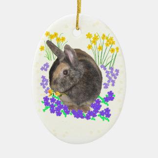 Foto y flores lindas del conejo adorno navideño ovalado de cerámica