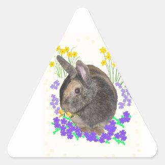 Foto y flores lindas del conejo pegatina triangular