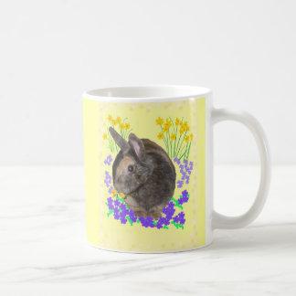 Foto y flores lindas del conejo taza