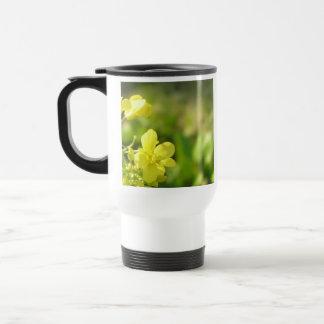 Fotografía amarilla de la macro de las flores tazas de café
