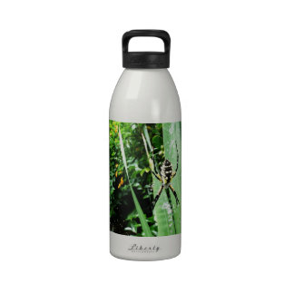Fotografía amarilla y negra impresionante de la ar botellas de agua reutilizables