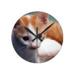 Fotografía anaranjada del gatito relojes de pared