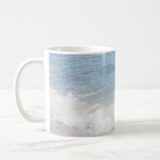 Fotografía azul de la playa del mar de las ondas taza de café
