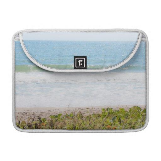 Fotografía azul de la playa del mar fundas para macbooks