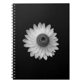 Fotografía blanca negra del flor libros de apuntes
