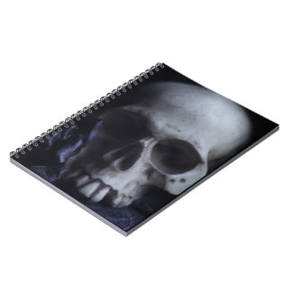 Fotografía blanca negra severa del cráneo humano f libro de apuntes