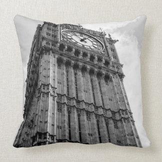 Fotografía blanco y negro de Big Ben, Londres Cojines