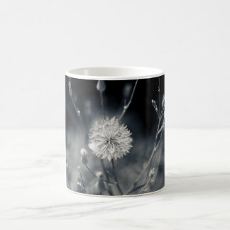 Fotografía blanco y negro del diente de león taza de café