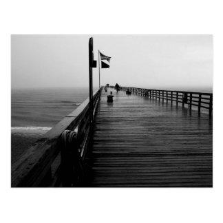 Fotografía blanco y negro del embarcadero de la postales