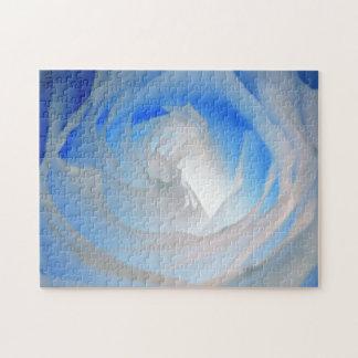 Fotografía color de rosa de neón azul puzzle