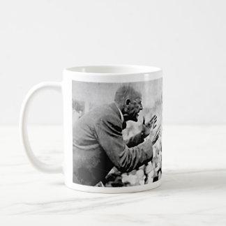 Fotografía de Eugene Debs con cita Taza Básica Blanca