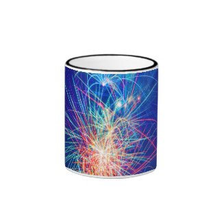 Fotografía de fuegos artificiales al explotar taza de dos colores
