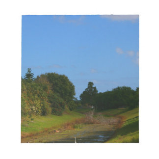 Fotografía de la corriente del cielo azul de los á blocs de papel