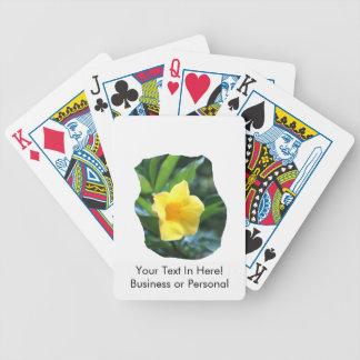 Fotografía de la flor de trompeta amarilla baraja cartas de poker