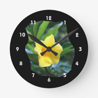 Fotografía de la flor de trompeta amarilla reloj redondo mediano